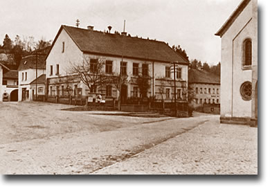 """Aus den Anfängen der Schulgründung in Büchlberg  Das """"obere"""" Schulhaus erbaut im Jahre 1863"""