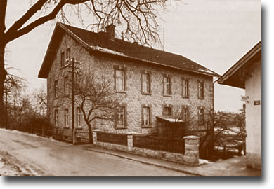 """Das """"untere"""" Schulhaus erbaut im Jahre 1899"""
